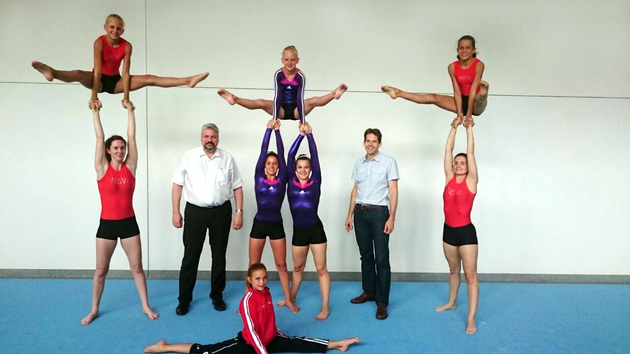 Die Sportakrobatinnen auf dem Foto mit Michael Künzle, Stadtpräsident von Winterthur und Dave Mischler, Leiter des Sportamts Winterthur.